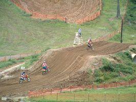 O XR200R é a versão somente-trail da Honda`s XR200-series dirt bike.