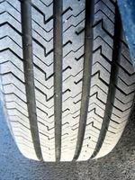 Substituição de um pneu gasto, vai resolver temporariamente o problema, mas o pneu novo, em breve ter o mesmo destino se o alinhamento das rodas não é correto.