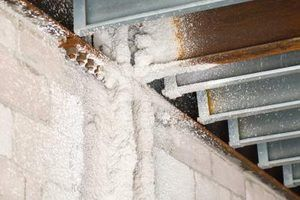 spray de espuma isolante expande para preencher rachaduras e crawlspaces.