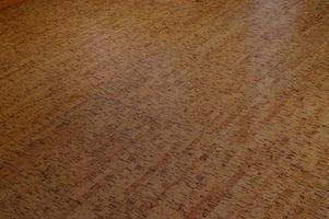 Comparação de cortiça ou de bambu andares para outras densidades de madeira