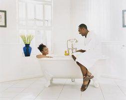 Idéias de decoração para uma clássica banheira com um chuveiro cercam