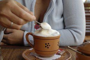 As diferenças entre um demitasse & colher açúcar