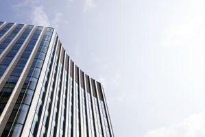 Imagem de um grande prédio de escritórios, olhando para cima.