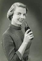 Diferentes garrafas de coca-cola ao longo dos anos