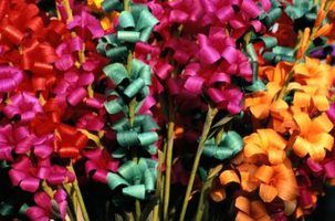 Flores feitas de papel cortado com uma tesoura