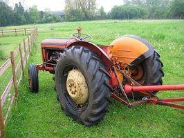 Este pequeno tractor é semelhante ao 1710 Tractor distribuído pela Ford 1983-1986