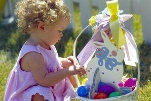 Presentes do divertimento para cesta da páscoa um 18 mês