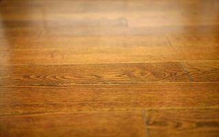pavimento de madeira dura pode ser colada ou pregadas para baixo, dependendo do tipo de madeira e sub-base.