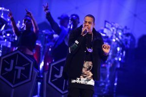 Rapper Jay-Z executa em palco.