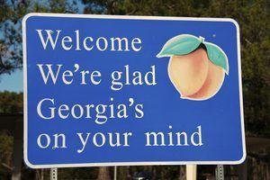 Um sinal de boas-vindas do estado de Geórgia ao lado de uma estrada