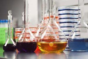 A difusão e osmose são analisadas no laboratório.