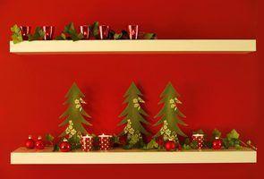 Uma parede vermelha atrás de uma prateleira é meio caminho para o Natal.