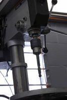 Use um pouco de carboneto e uma imprensa de broca quando a perfuração em aço duro.