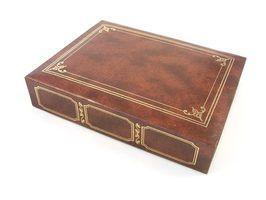 Como alto-relevo de ouro em livros de couro