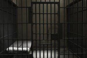 Como encontrar alguém em uma prisão militar
