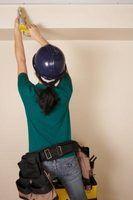 Como corrigir um teto rachado usando calafetar