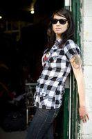 Retocar tatuagens para preservar linhas nítidas e cores ousadas.
