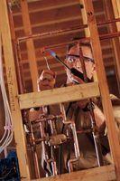 O ácido no fluxo vai preparar o cobre para a solda.