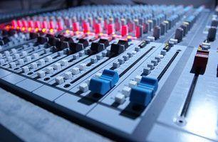 Ligue o misturador a um amplificador, que é então ligado a alto-falantes.