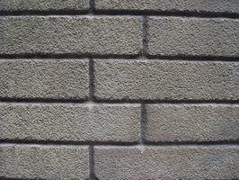 Para perfurar um buraco no tijolo requer uma broca de martelo com um pouco de alvenaria.
