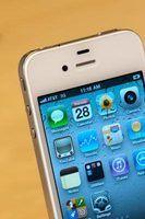 Um iPhone 4 branco modelo instalado com o software da Apple iOS.