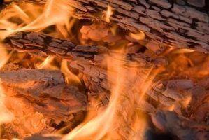 Como fazer um fogo de madeira em um poço de churrasco