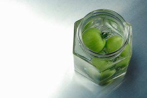 Reciclar frascos criativamente.