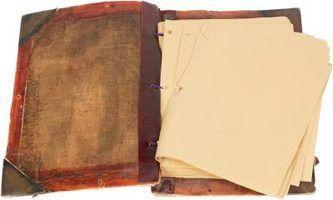 papel mancha usando o chá para criar uma aparência antiga.