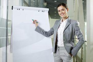Mulher de negócio prestes a dar apresentação no trabalho