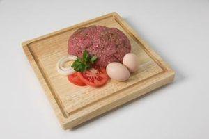 Use ovos para ajudar a carne moída e carne de porco espera muito bem juntos.