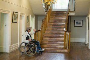 Como mover uma cadeira de rodas manual no andar de cima
