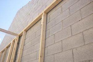 Pregue um tira furring a um bloco de concreto