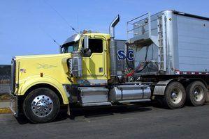 Polimento de alumínio e aço inoxidável em um caminhão de ajuda-lo olhar novo.