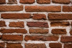 Instale os parafusos em uma parede de tijolos usando âncoras de chumbo.
