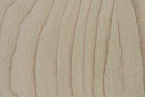 Adição de madeira compensada no topo de uma sub-base de casa móvel existente pode reforçar o piso.