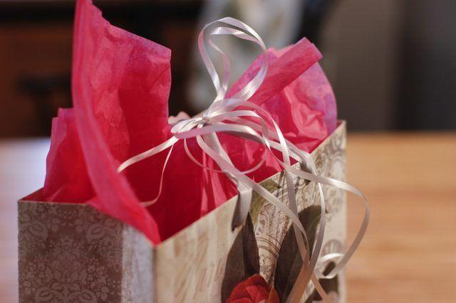 Como colocar papel de seda em um saco do presente