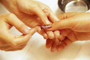 Como remover unhas de gel de dedos e pincéis