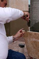Ao remover a telha de drywall, tome cuidado para não danificar a parede embaixo.