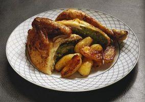frango assado é uma refeição versátil que pode ser feito com pouco trabalho de preparação.
