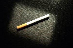 Como enrolar um cigarro com papel normal,
