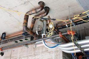 Como executar uma nova linha de água sob uma fundação da laje