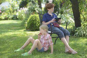 Um menino está usando um fora iPad.