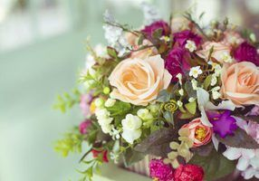 Como definir preços para arranjos florais de seda