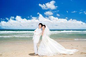 fotografias de casamento de praia refletem o ambiente descontraído de uma cerimônia de praia ensolarada.