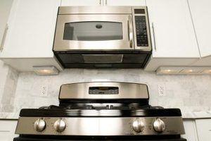 A ventoinha de ventilação puxa o ar quente para fora do forno de microondas na capa da escala.