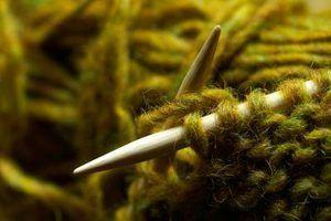 Como tecer dois pedaços de fios juntos em tricô