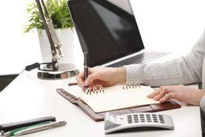 A jovem mulher de negócios senta-se em sua mesa para elaborar cuidadosamente uma carta bem escrita