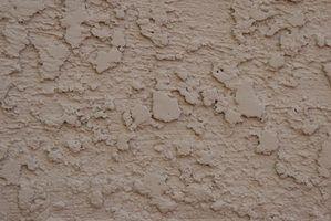 Um acabamento de estuque vai esconder blocos de cimento com textura interessante.