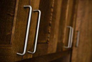 Os armários da cozinha que se abrem para cima