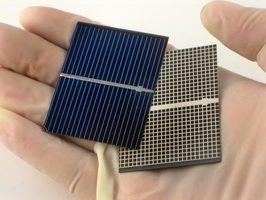 Alguns mini painéis solares produzidos comercialmente são tão pequenas como a palma da sua mão, mas a maioria não têm o poder para autorizar o uso de tomadas elétricas.